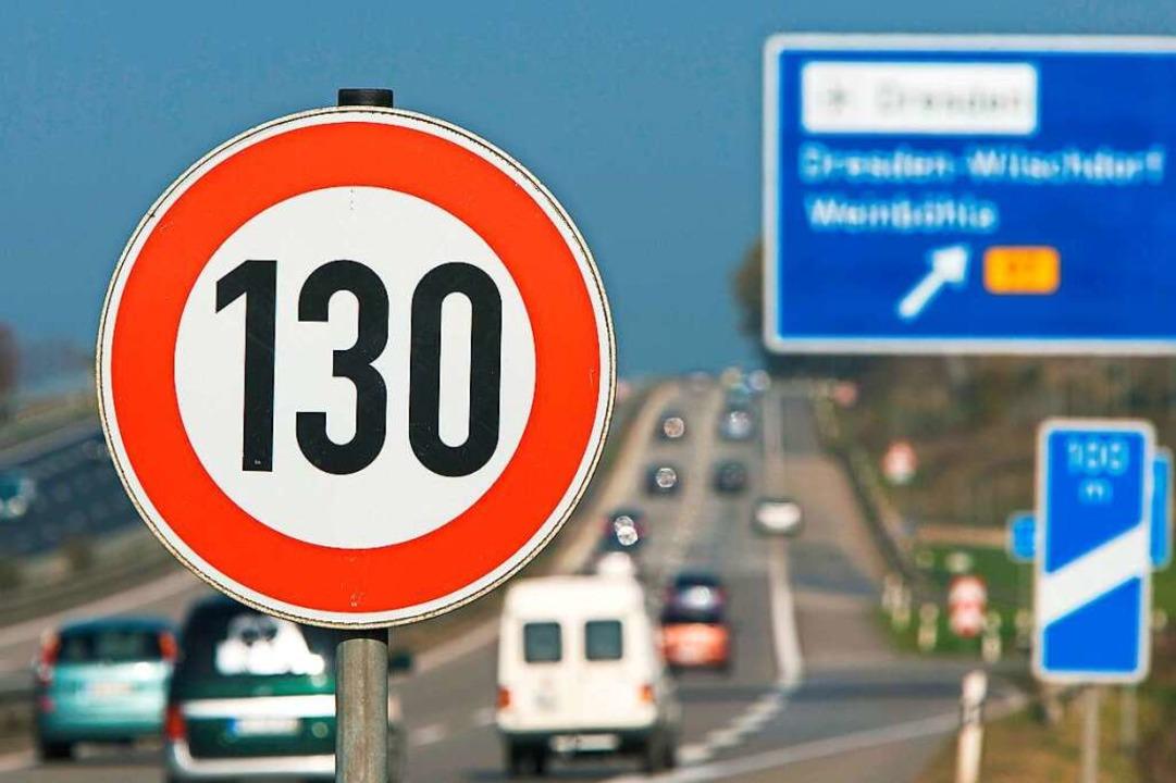 Auch ein generelles Tempolimit für Autobahnen wird diskutiert.  | Foto: Jürgen Loesel