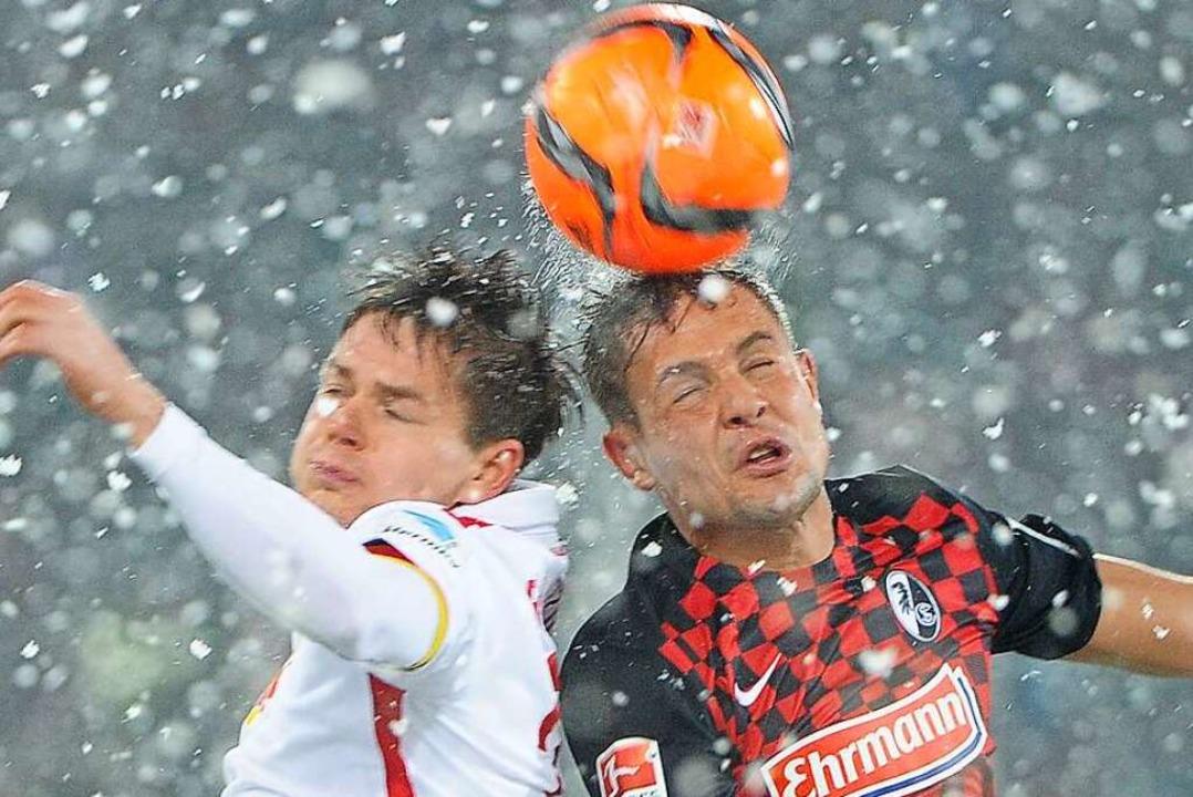 Kopfballduell zwischen Dominik Kaiser und Abrashi Amir im Schneetreiben.  | Foto: Achim Keller