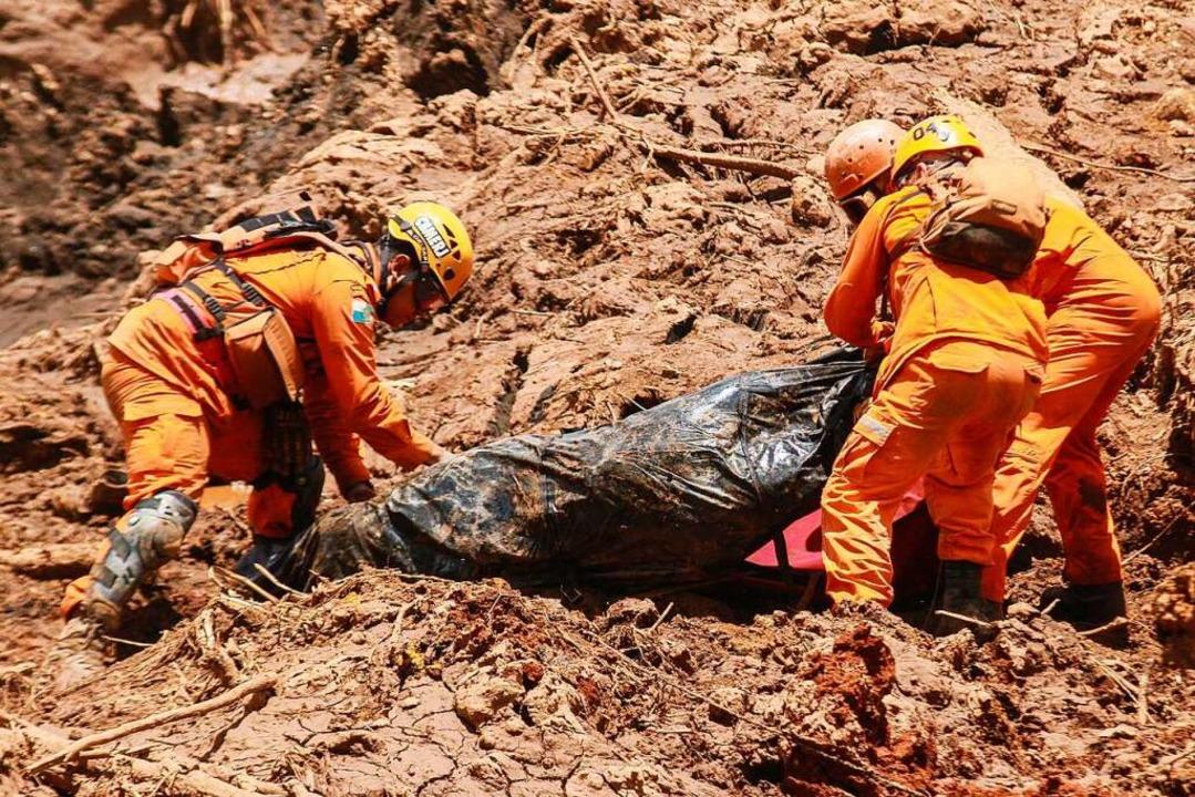 Januar 2019: Rettungskräfte bergen ein Opfer aus dem Schlamm nach dem Dammbruch.  | Foto: Rodney Costa (dpa)