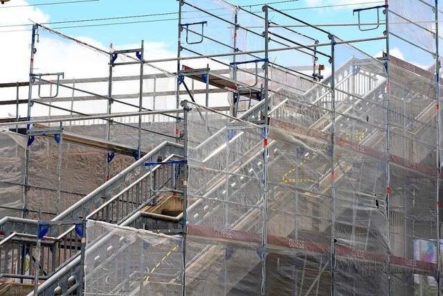 Gerüst an der Freiburger Stadtbahnbrücke wird ab Montag abgebaut