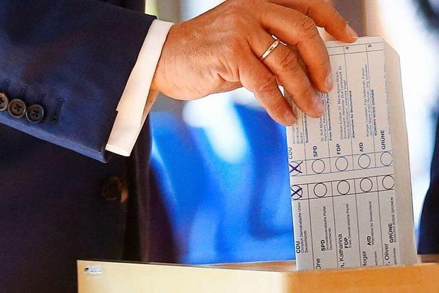 Wahlzettel falsch gefaltet: Laschet patzt bei Stimmabgabe