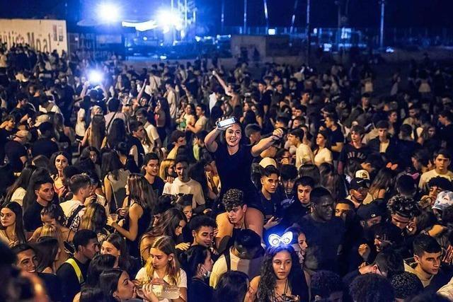 Riesenpartys mit 40.000 Teilnehmern und Randale in Barcelona