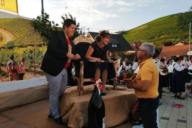 Durbach empfängt die frisch gekürte Deutsche Weinkönigin Sina Erdrich mit einem königlichen Thron