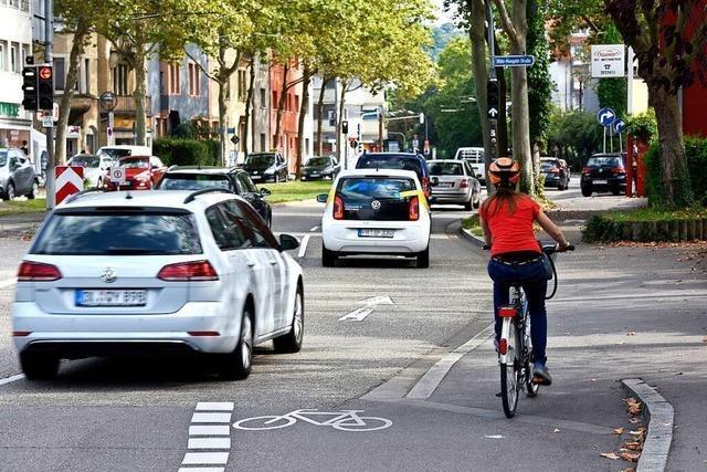 In Freiburg-Stühlinger wird eine Autospur zum Radstreifen