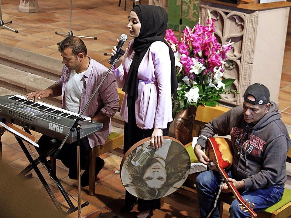 Omar Mesud, Nirov Mohammad und  Kamal ...tiftskirche syrische Lieder zu Gehör.     Foto: Heidi Fößel