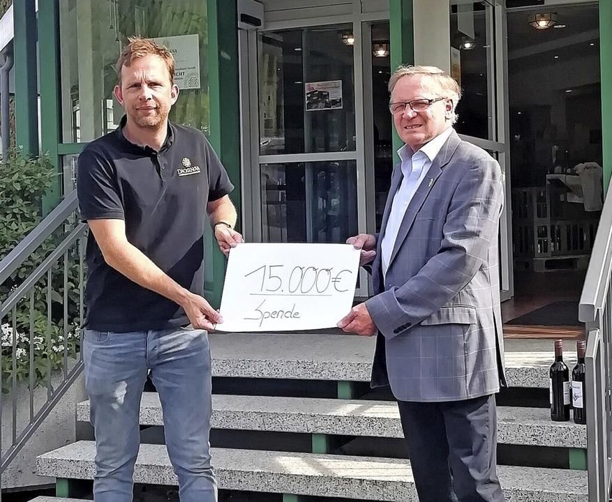 Günter Linser (rechts) übergibt Dominik Hübinger die Spende über 15000 Euro.     Foto: Tuniberg Wein
