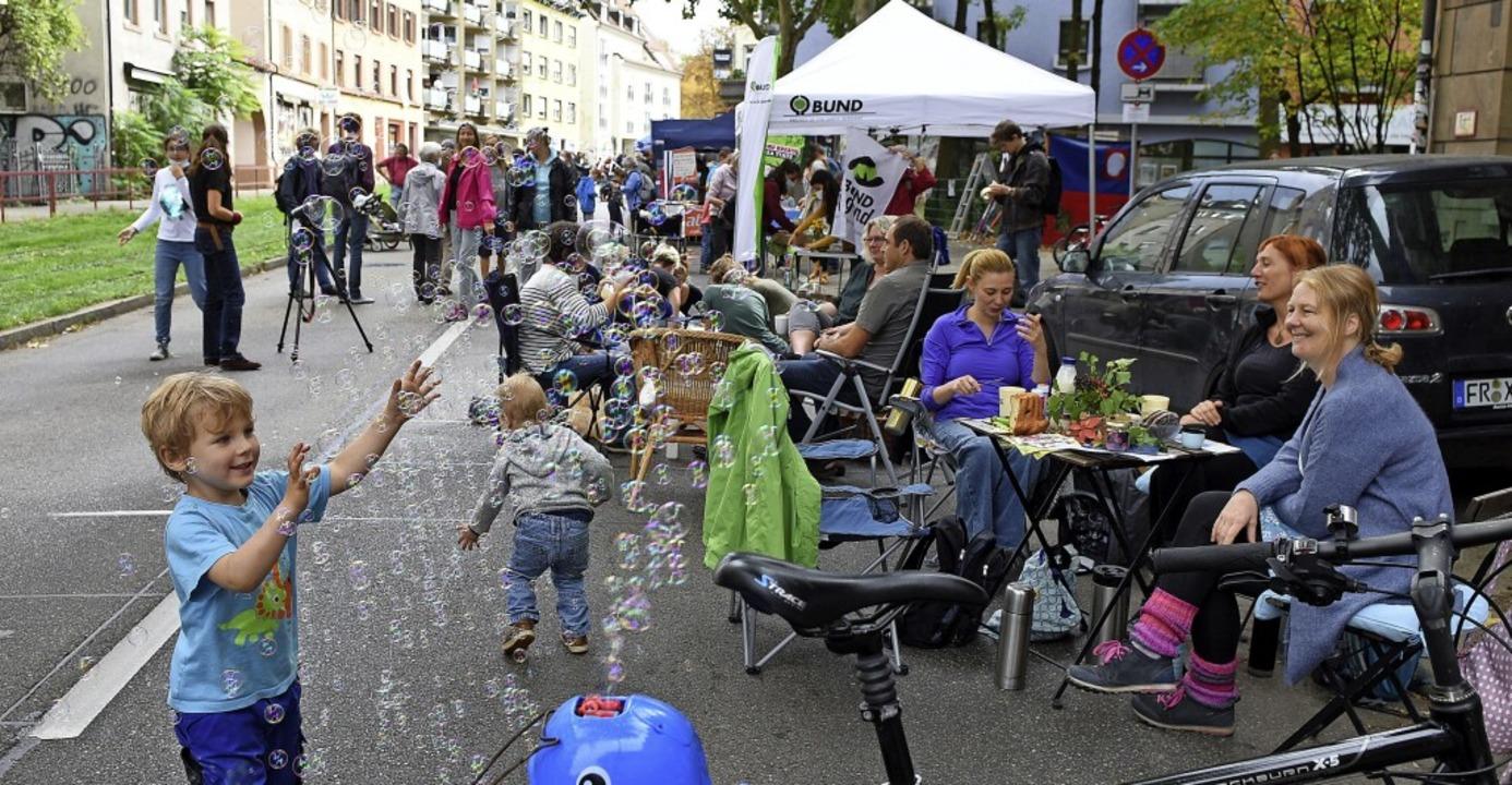 Seifenblasen, Picknick und klare Kante...fünf Stunden gesperrten B31-Teilstück.    Foto: Rita Eggstein