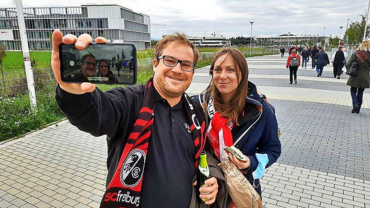 Fan-Selfie mit Stadion (hinten rechts)... die Zugangswege fast für sich allein.  | Foto: Michael Bamberger