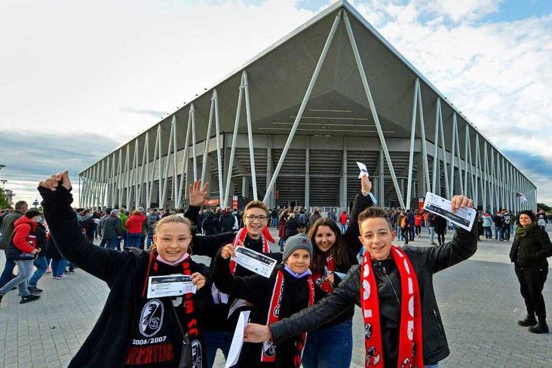 Junge Fans vor brandneuem Stadion.  | Foto: Michael Bamberger