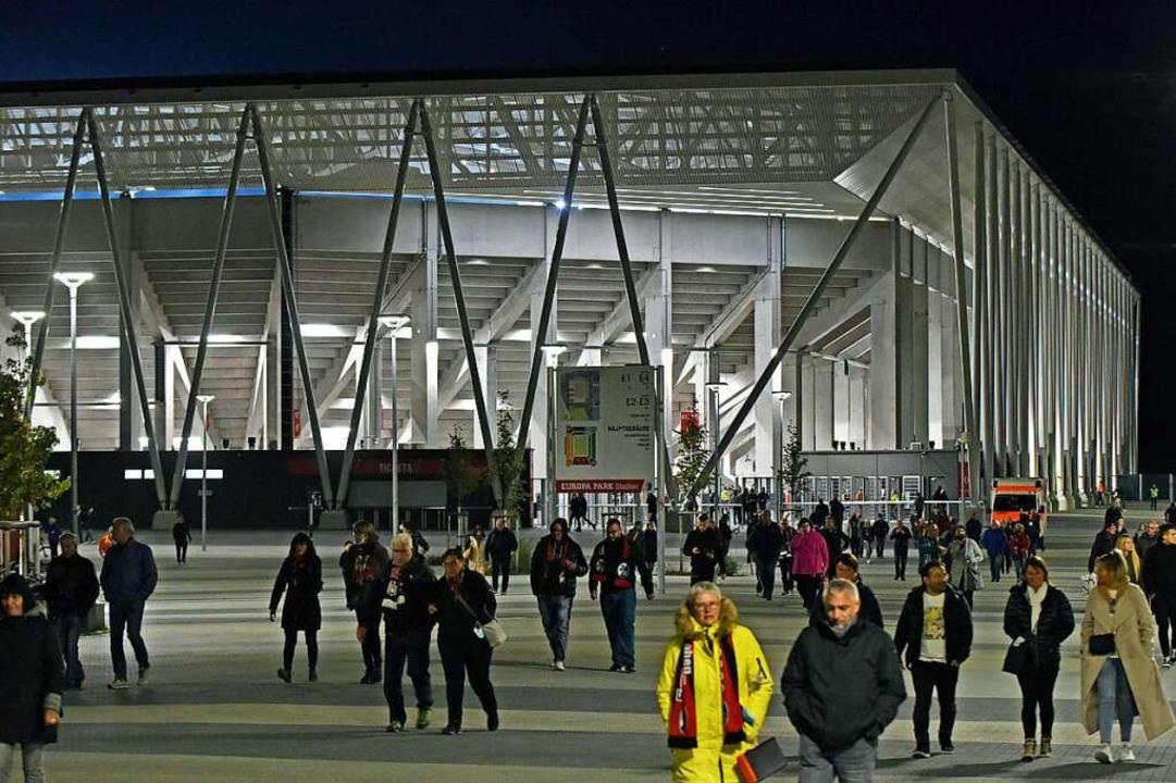 Hell erleuchtet: Das Europa-Park-Stadion nach Spielende.  | Foto: Michael Bamberger