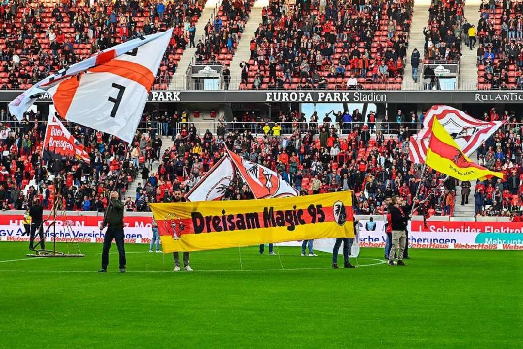 Rund 10.000 Zuschauer verfolgen das Te...t. Pauli im neuen Europa-Park-Stadion.  | Foto: Achim Keller