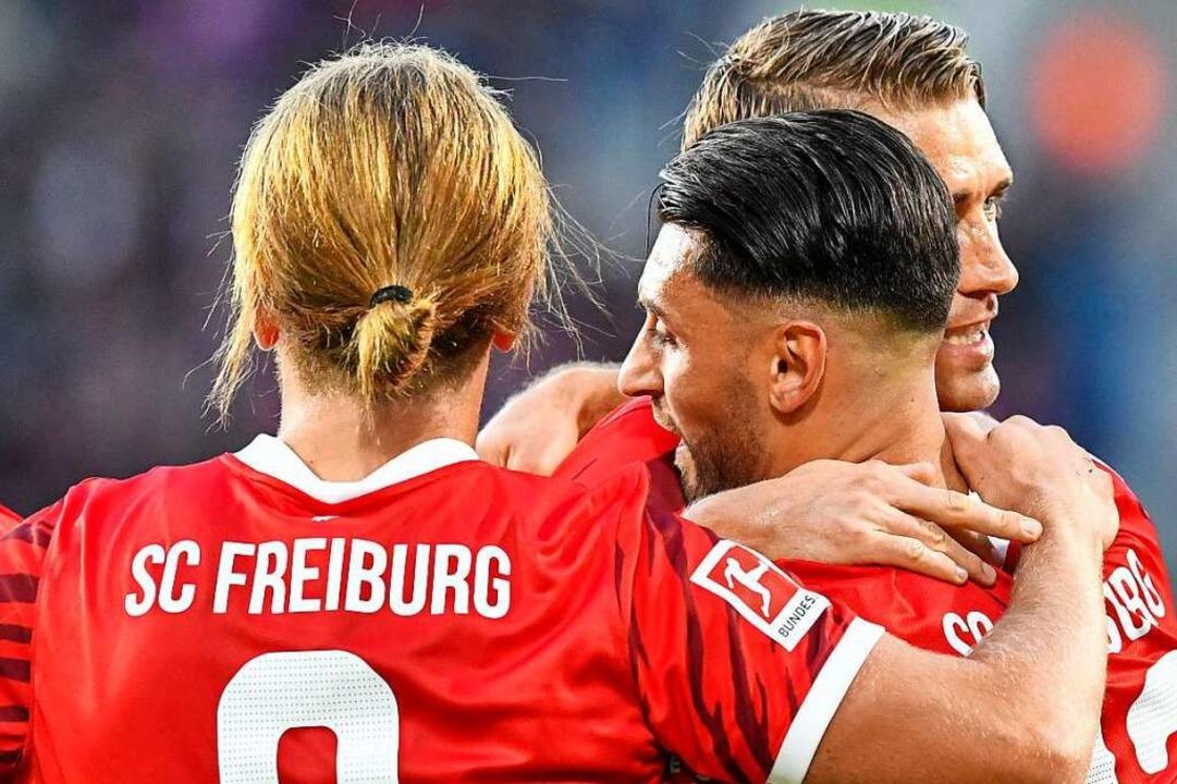 Freiburgs Vincenzo Grifo (Mitte) trifft zwei Mal gegen den FC St. Pauli.  | Foto: Achim Keller