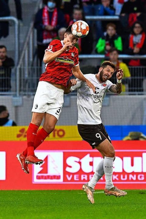Freiburgs Janik Haberer steigt zum Kop...or Guido Burgstaller vom FC St. Pauli.  | Foto: Achim Keller