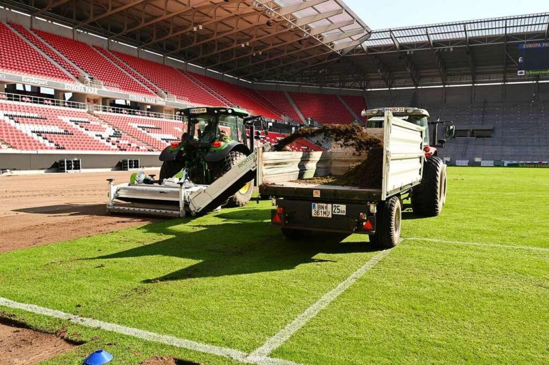 Ziemlich abgefahren – das Rasen abtragen im Europa-Park-Stadion  | Foto: Achim Keller