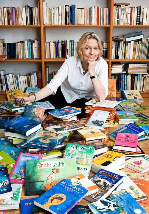 Kirsten Boie mit Übersetzungen einiger ihrer Bücher.    Foto: Paula Markert