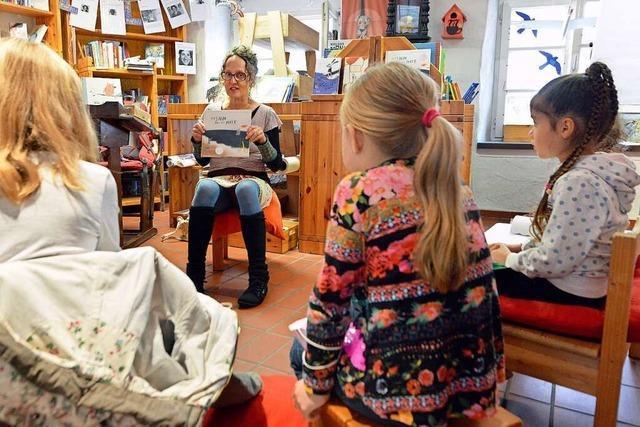 Illustratorin Stefanie Harjes bastelte mit Kindern in Freiburg