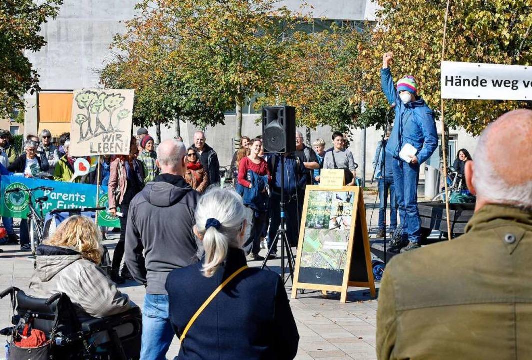 Auch ein Baumbesetzer sprach auf der Demo am Sonntag.    Foto: Michael Bamberger