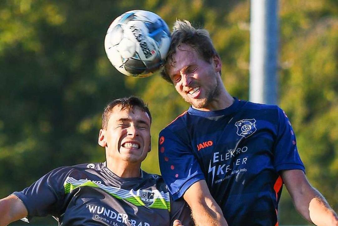 Der Todtnauer Julian Dietsche (rechts)... doch am Ende feiert Hauingen ein 1:0.  | Foto: Gerd Gründl
