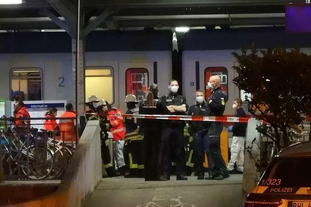 Person auf Gleis 1 im Offenburger Bahnhof von Zug überrollt