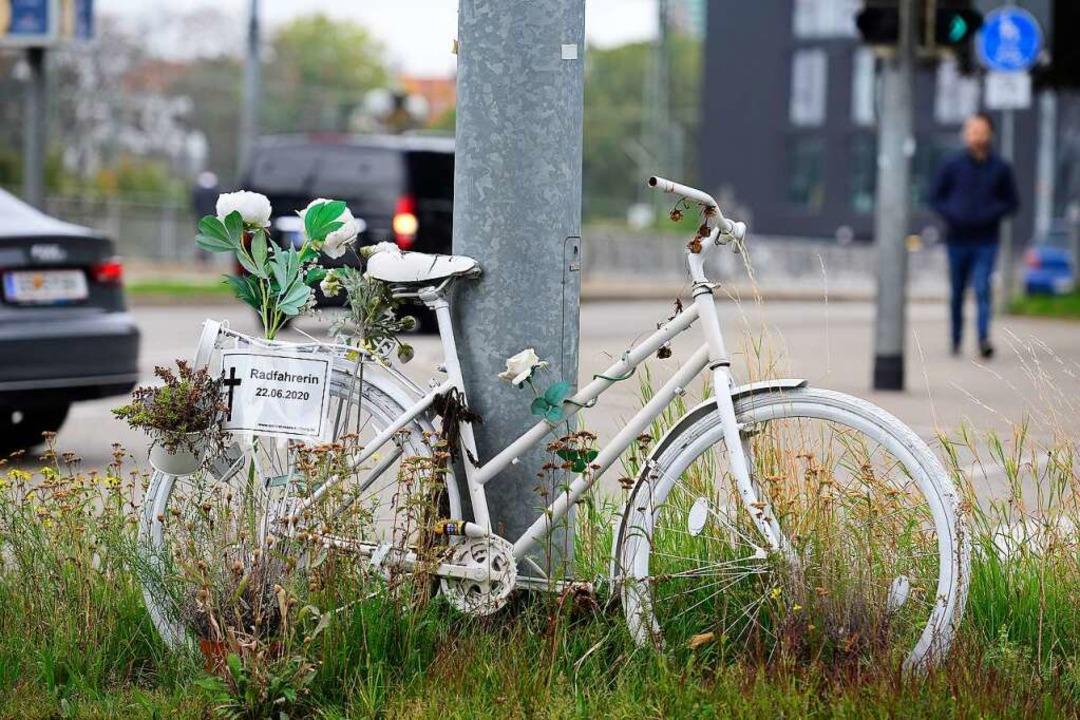 """Ein weißes """"Ghost Bike"""" erinnert an die getötete Fahrradfahrerin.    Foto: Ingo Schneider"""