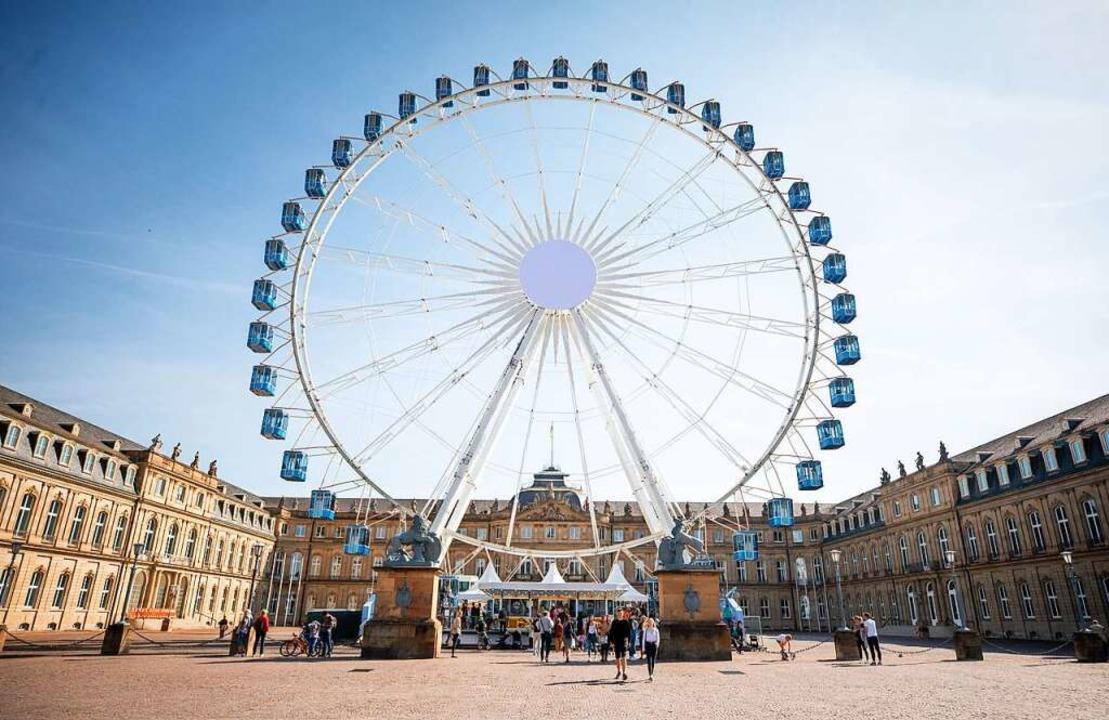 In Stuttgart steht als Attraktion ein Riesenrad mitten in der Innenstadt.    Foto: Christoph Schmidt (dpa)