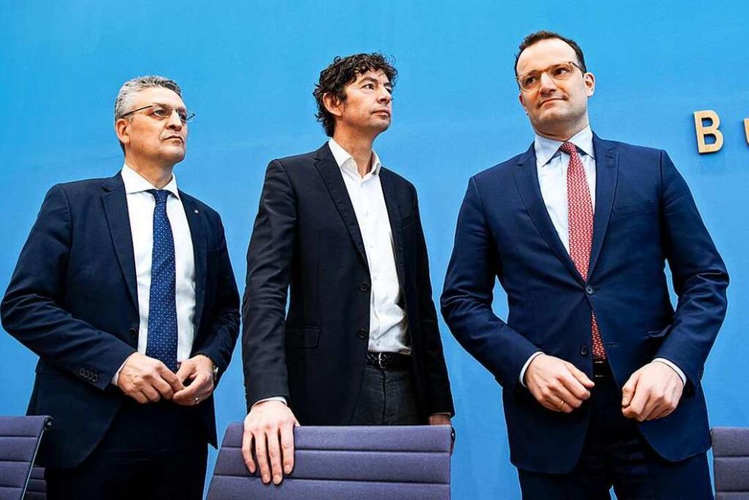 RKI-Chef Lothar Wieler mit dem Virolog...heitsminister Jens Spahn. (von links).  | Foto: Bernd von Jutrczenka (dpa)