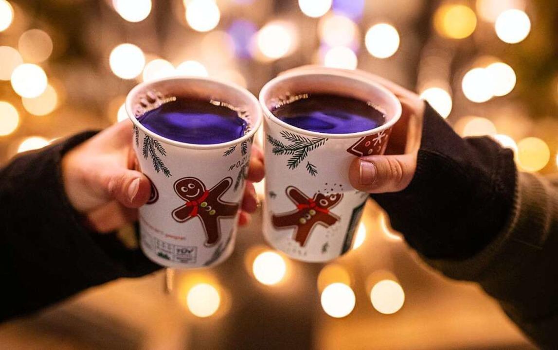 Mit Glühwein anstoßen? Nicht auf dem Lörracher Weihnachtsmarkt  | Foto: Christoph Schmidt (dpa)