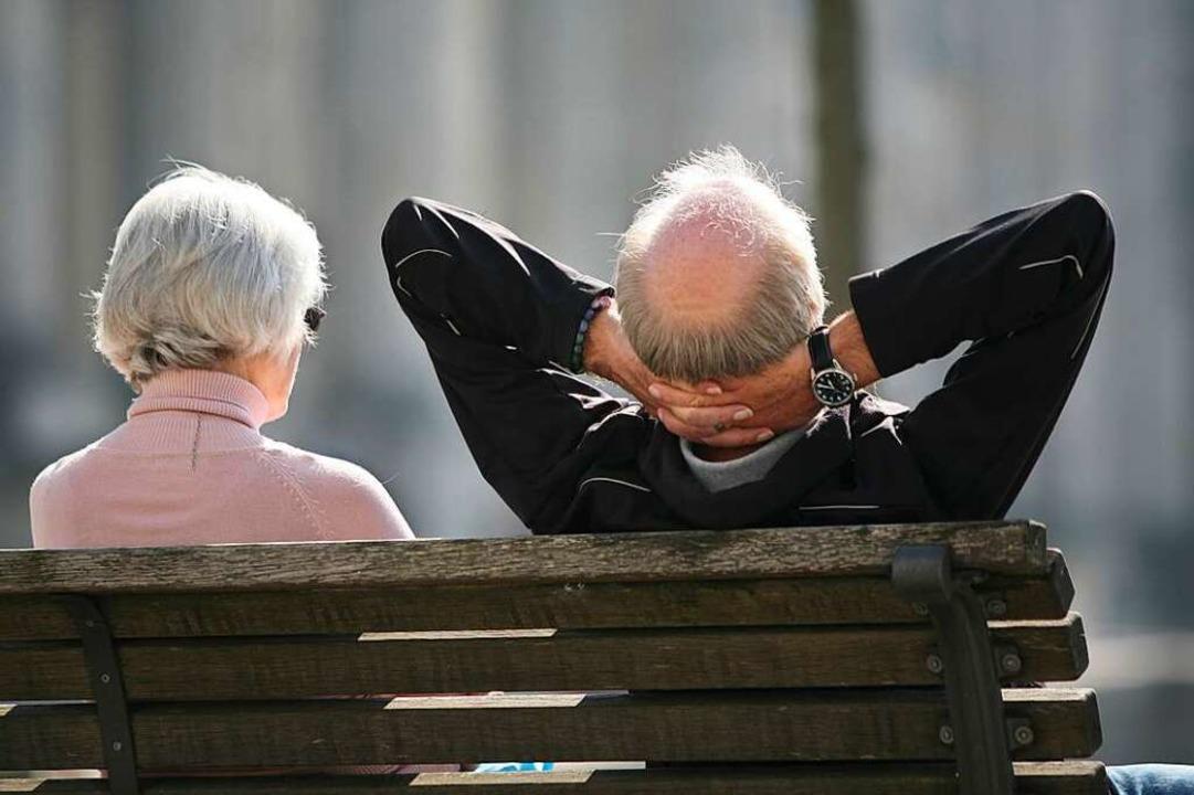 Die Zahl der über 60-Jährigen steigt a...an kommunalpolitischen Entscheidungen.    Foto: Stephan Scheuer (dpa)