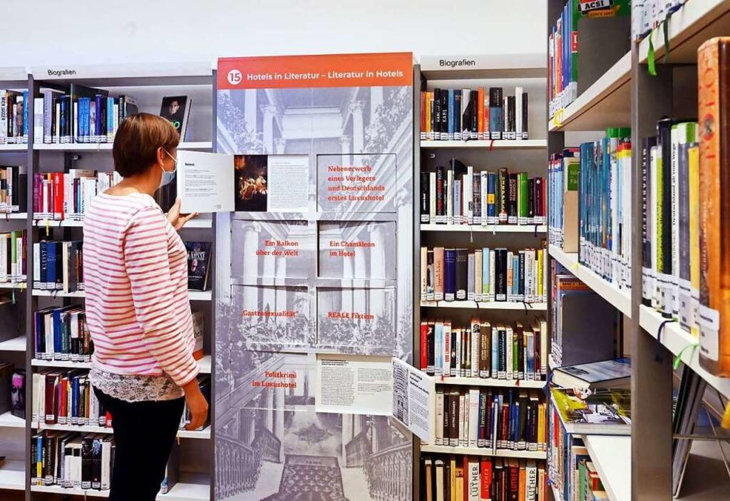 Überraschung zwischen Regalen: Überall...t  das Museum    seine Spuren gesetzt.    Foto: Uli Deck (dpa)