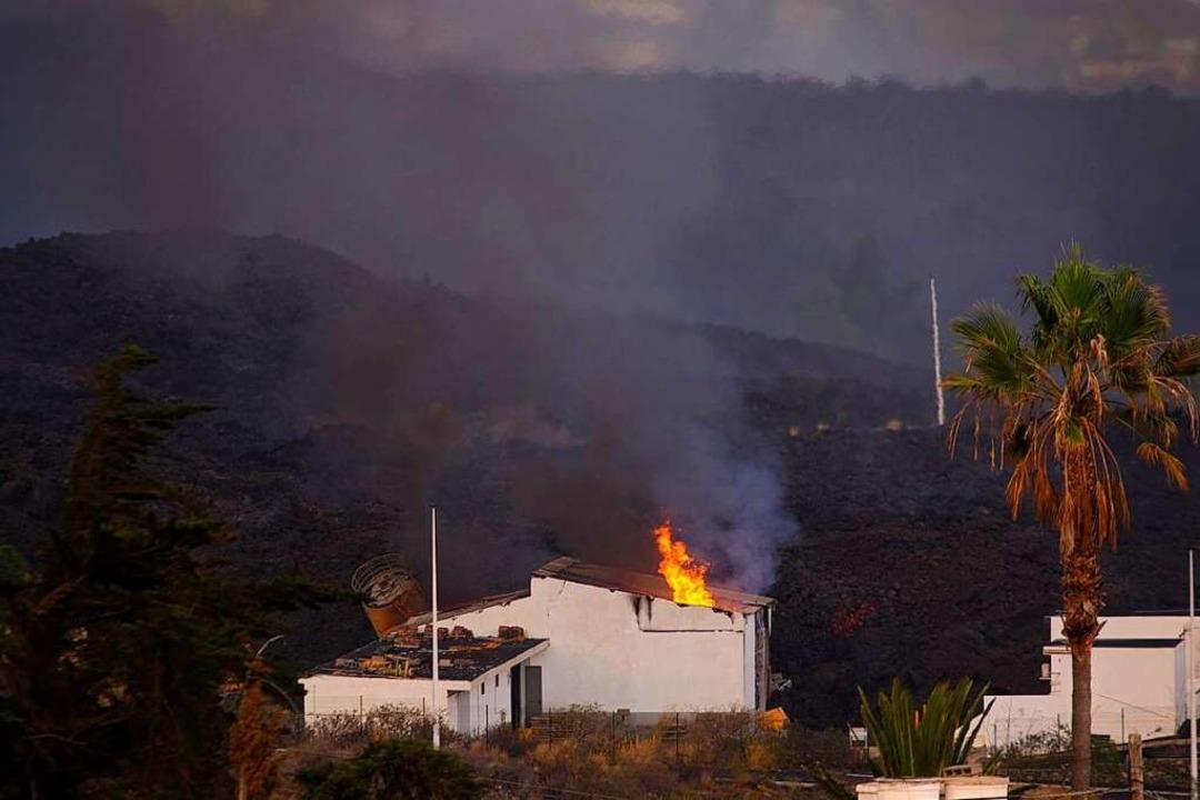Ein Haus wird von der Lava auf der Kan...sel im Atlantischen Ozean angerichtet.  | Foto: Daniel Roca (dpa)