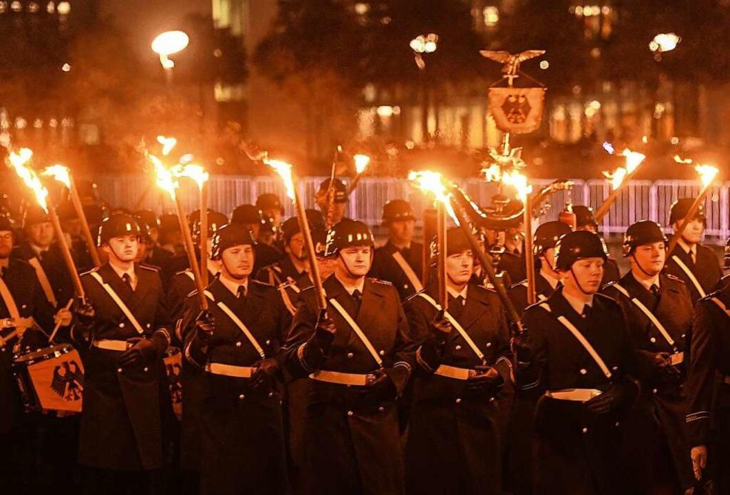Soldaten beim Großen Zapfenstreich in Berlin am Mittwochabend  | Foto: Christophe Gateau (dpa)