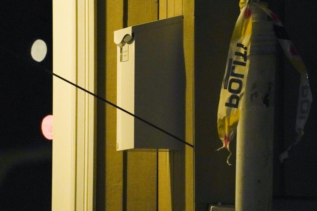 Ein Pfeil steckt in der Wand nach einem Angriff in Kongsberg.  | Foto: Terje Bendiksby (dpa)