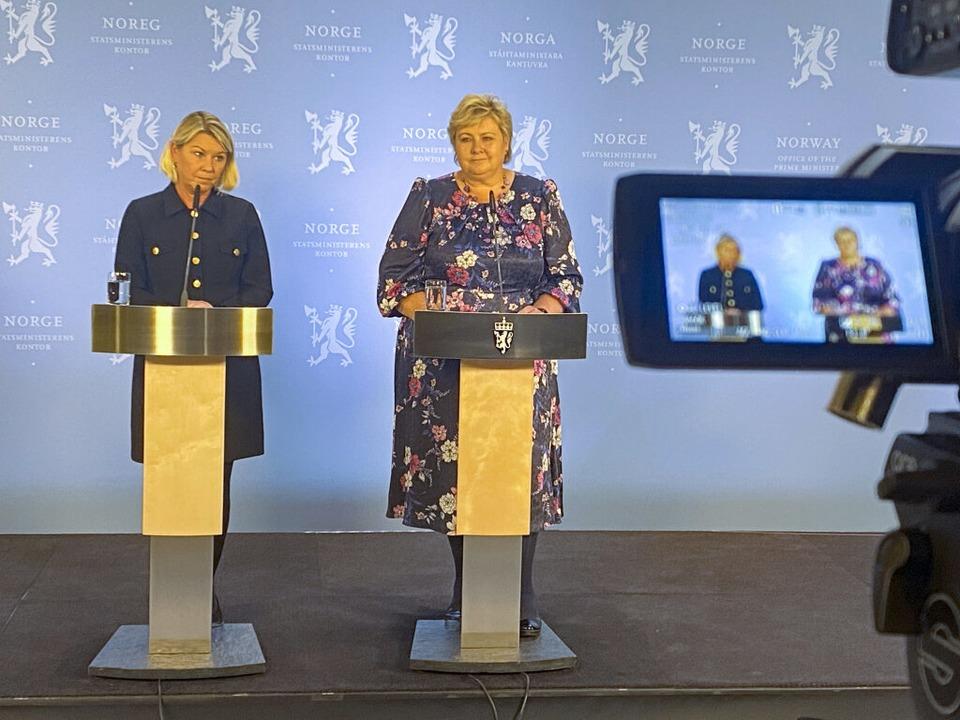 Die amtierende norwegische Ministerprä...iefing über den Anschlag in Kongsberg.  | Foto: Ole Berg-Rusten (dpa)