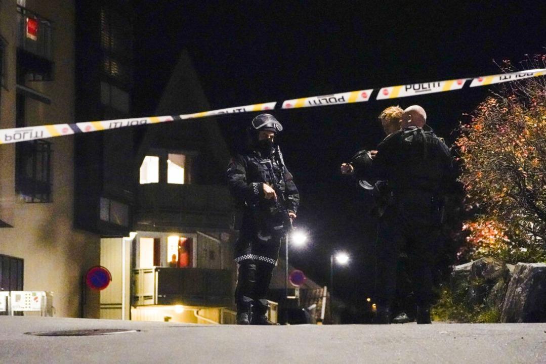 Polizisten ermitteln im Zentrum von Kongsberg nach einer Gewalttat.  | Foto: Håkon Mosvold Larsen (dpa)
