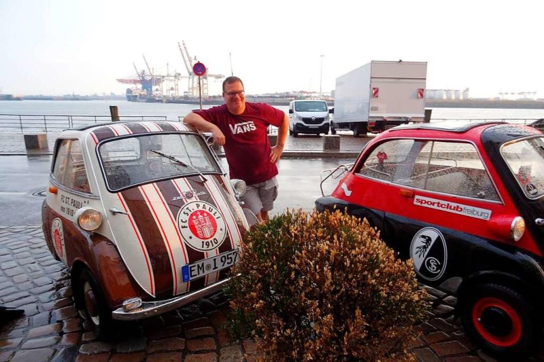 Auch der Entertainer Elton ließ es sic...an der Pauli-Knutschkugel zu posieren.  | Foto: privat
