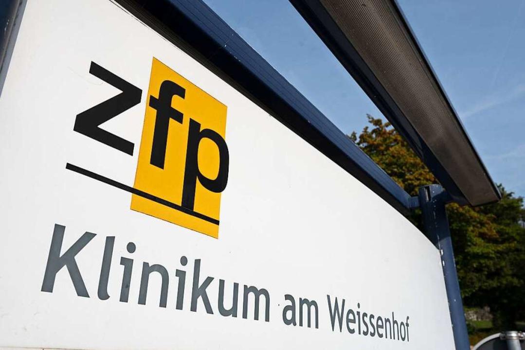 Das Eingangsschild der Psychatrischen ...k am Weissenhof steht an der Einfahrt.    Foto: Bernd Weißbrod (dpa)