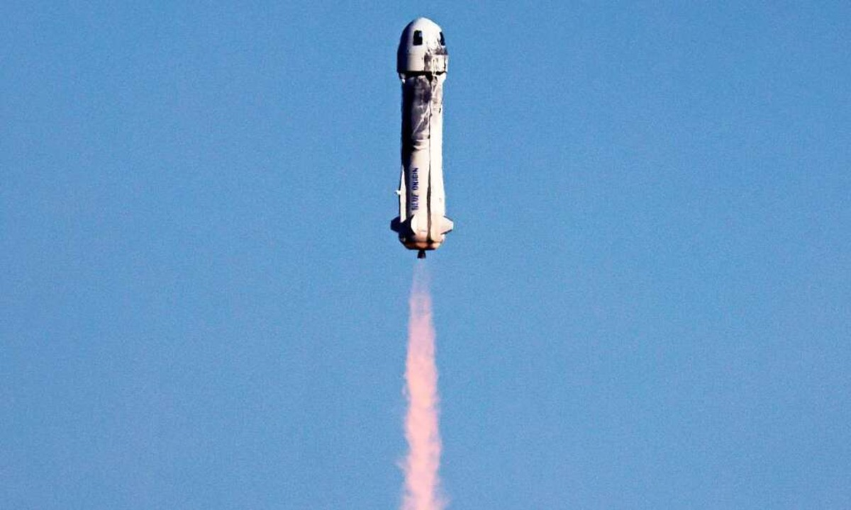 Die Blue Origin-Rakete im Flug.    Foto: MARIO TAMA (AFP)