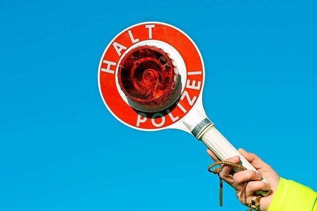 Zu viel Alkohol: Autofahrerin kann nicht mal mehr stehen
