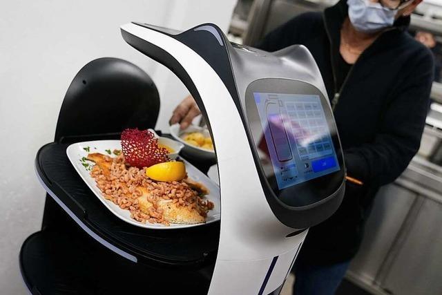 Roboter Bella serviert das Essen in Schleswig-Holstein